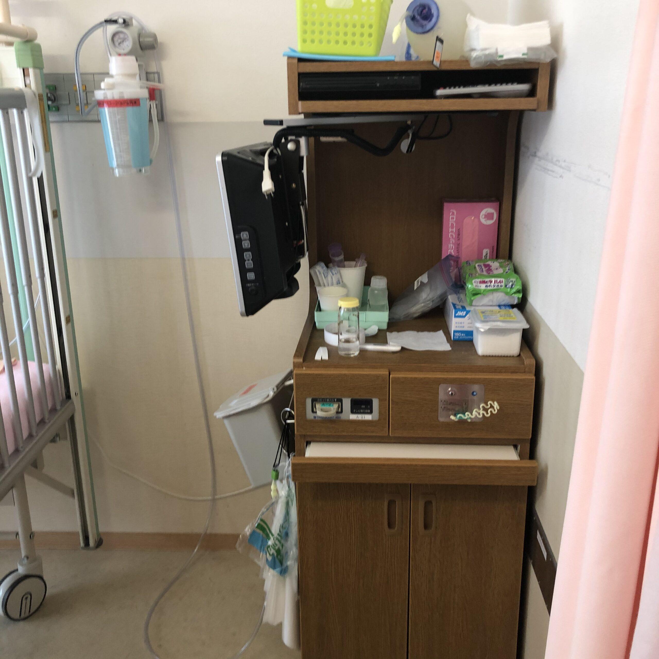 病室のチェスト(テレビ付き、冷蔵庫なし)