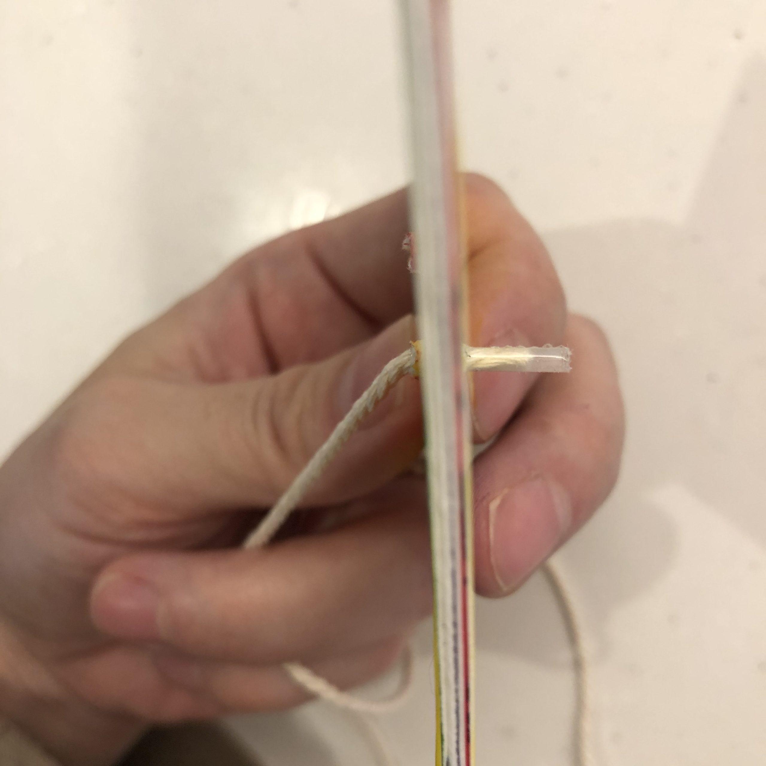 ビュンビュンごまに糸を通しやすくセロハンテープをまく